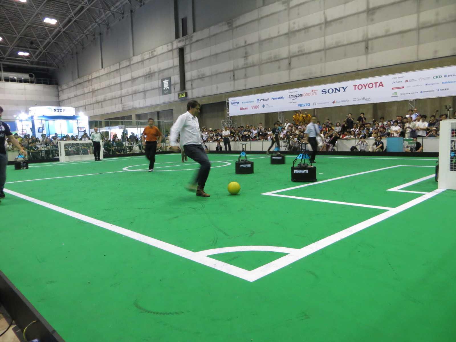 Wenn Menschen mit Robotern Fußball spielen (wie hier bei der RoboCup-WM 2017) — ist das dann noch traditioneller Sport oder schon E-Sport?