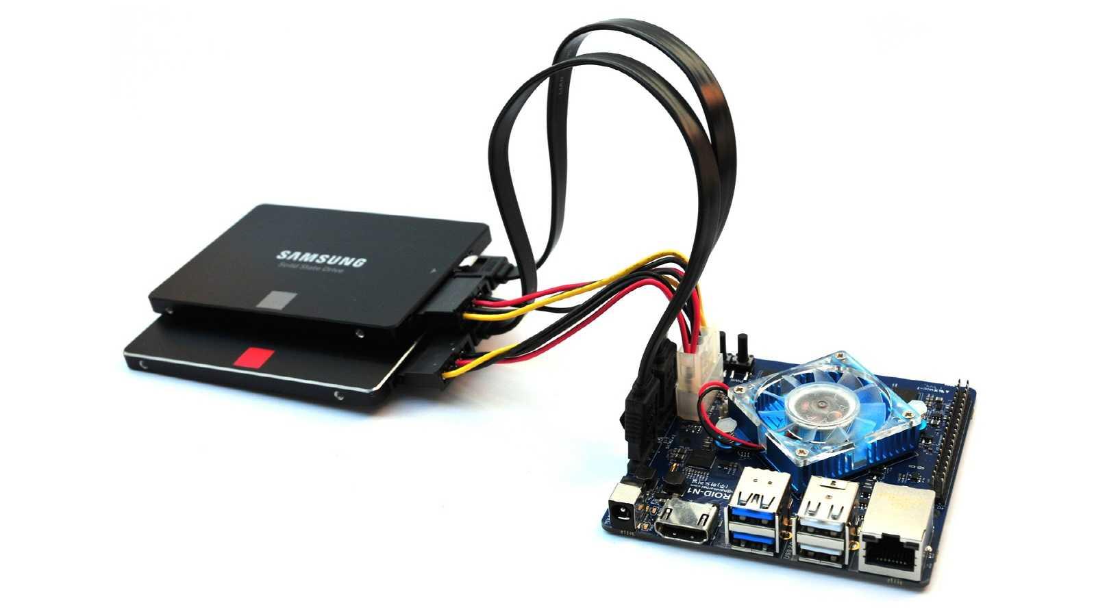 Ein Einplatinenrechner, an den zwei Festplatten mit Kabeln angeschlossen und übereinander gestapelt sind.