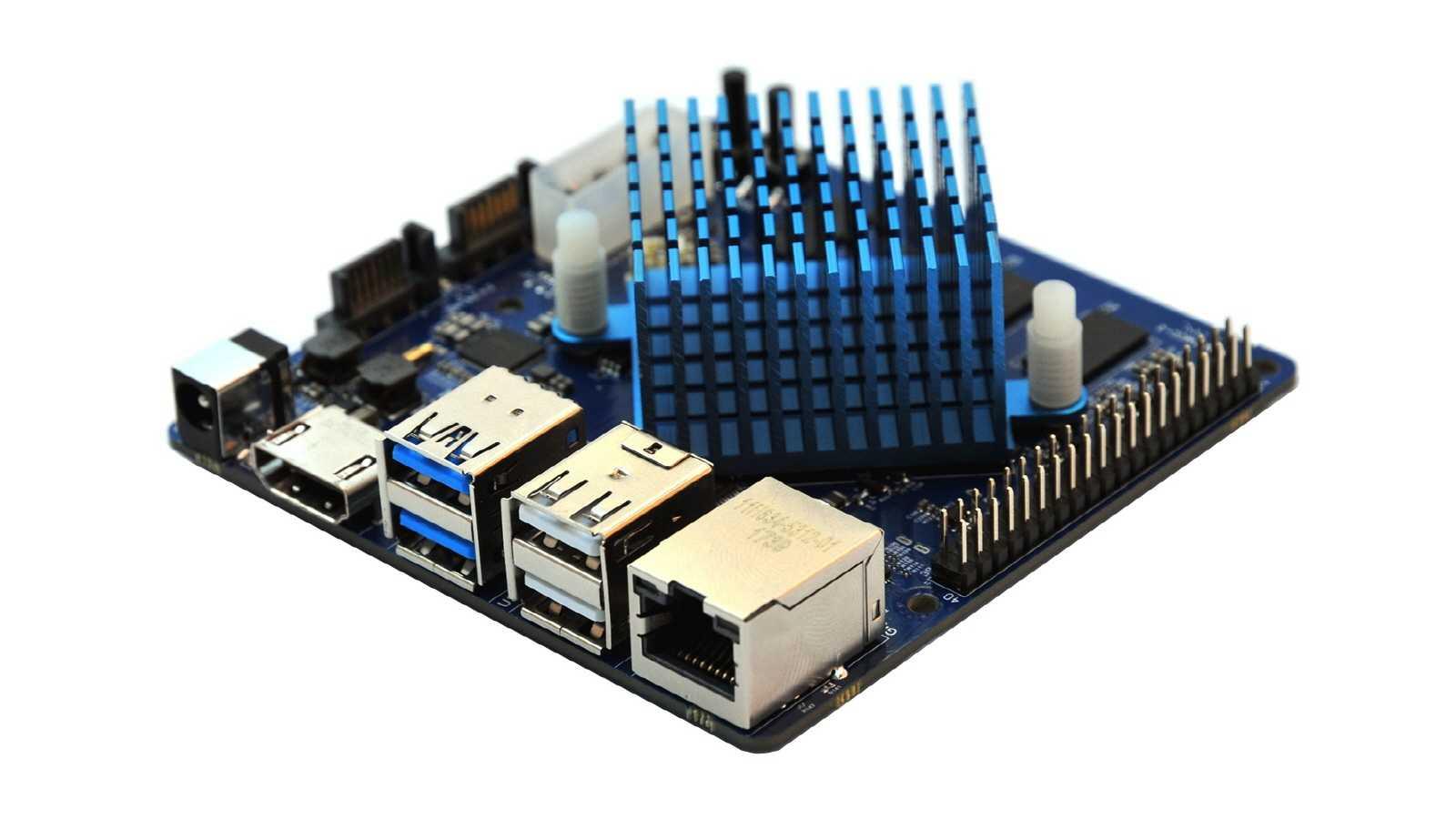 Ein quadratischer Einplatinenrechner mit blauem Passivkühler aufmontiert