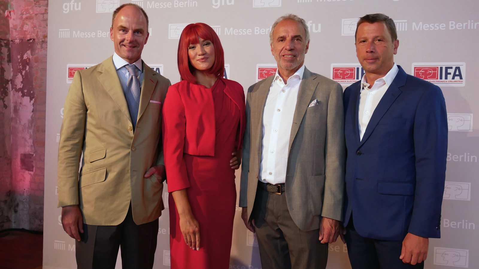 Freuen sich auf die IFA: Messe-Chef Christian Göke, Miss IFA, gfu-Aufsichtsrat Hans-Joachim Kamp und IFA-DIrektor Jens Heithecker.