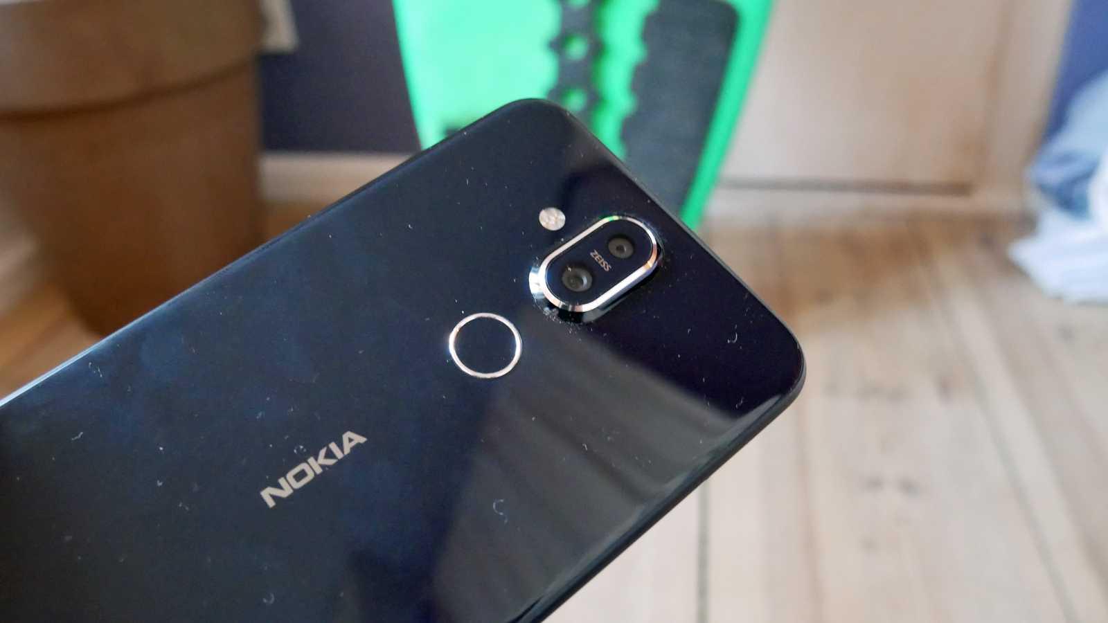 Das Nokia 8.1 gibt es in dunkelblau und silber.