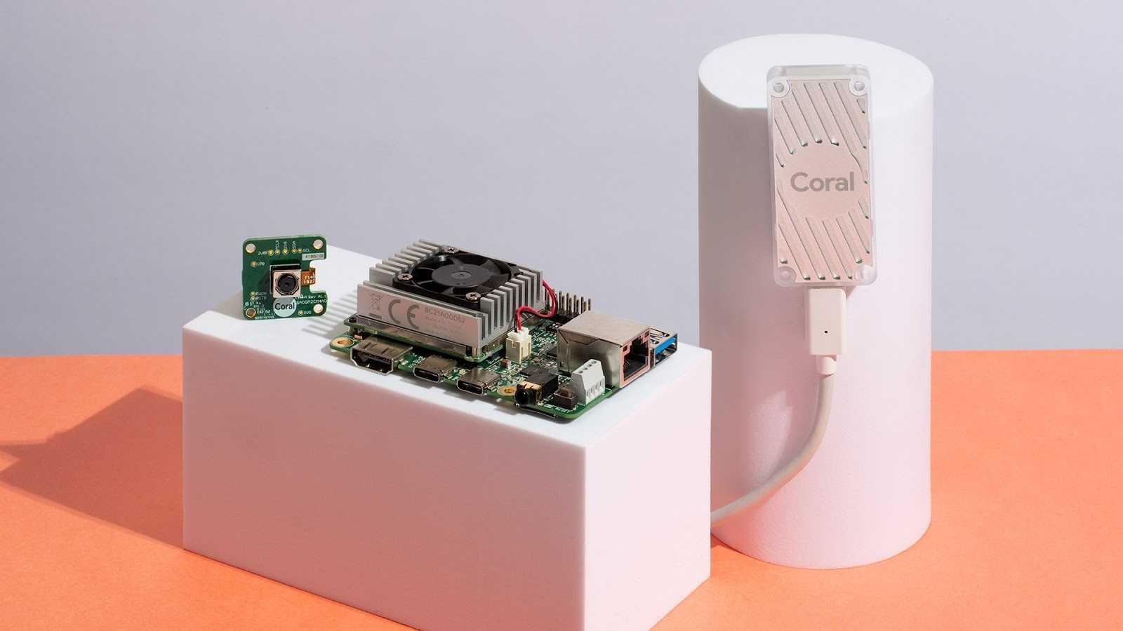 Das Coral-Entwickler-Board zusammen mit dem Kameramodul und dem USB Accelerator