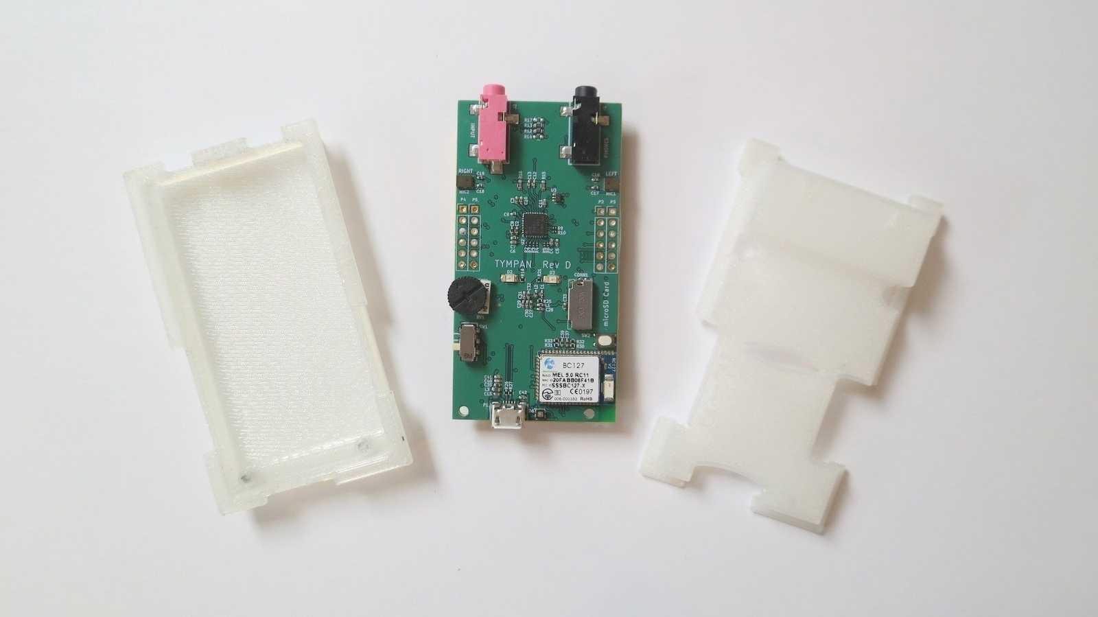 Tympan D: ein grünes Board zwischen zwei transparenten Plastikteilen.