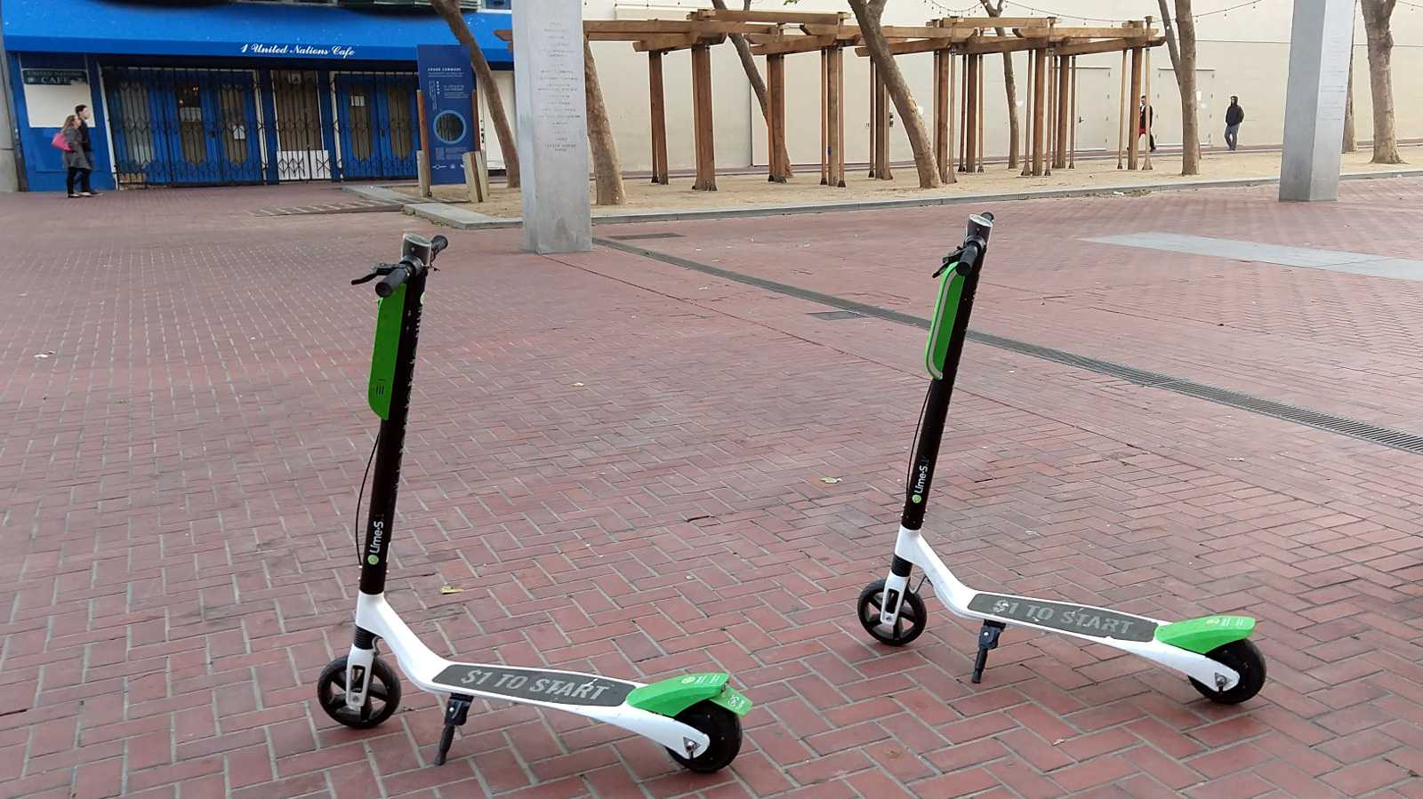 2 abgestellte Lime-Scooter