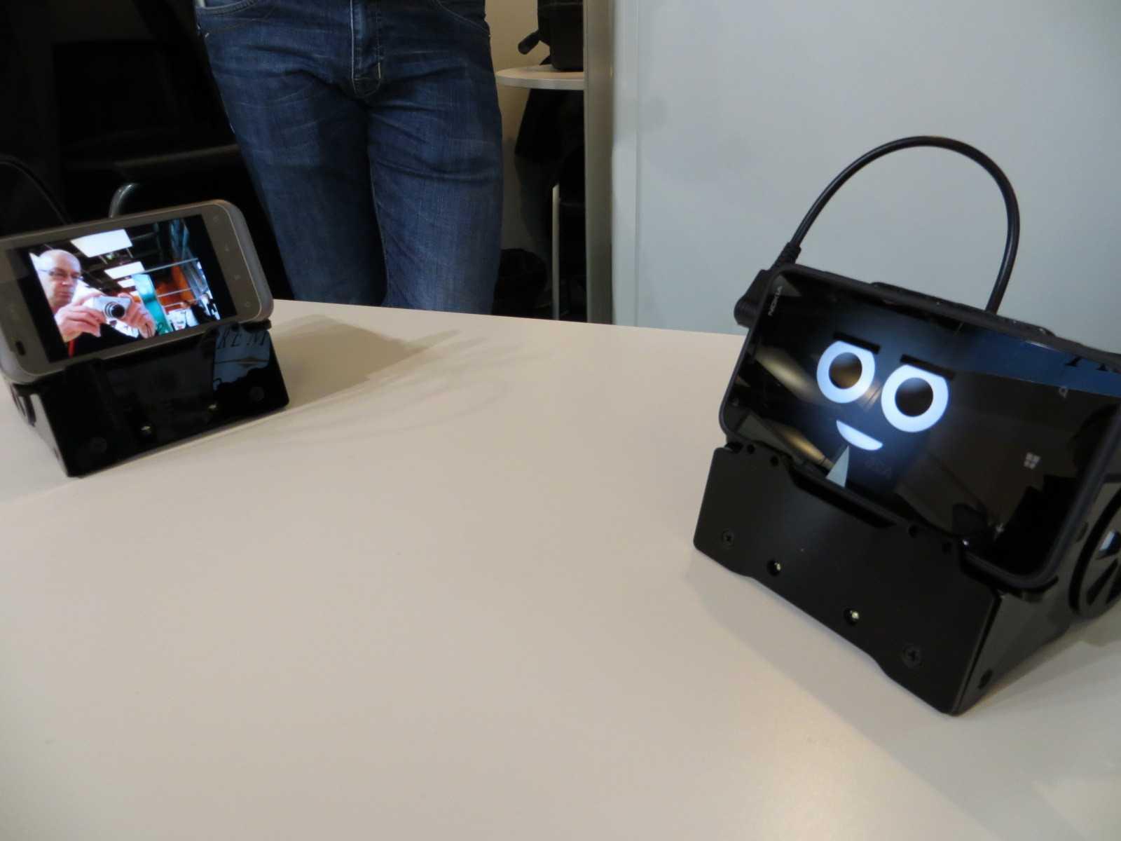 Der Smartbot ist im wesentlichen ein Smartphone (nicht im Kaufpreis inbegriffen) auf Rädern.