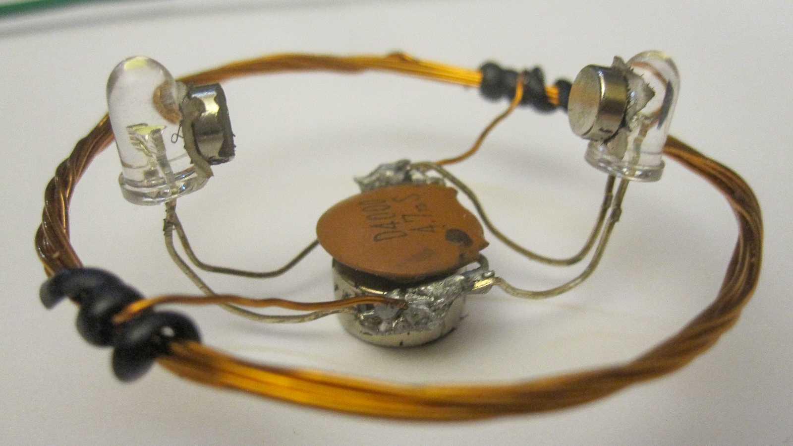 Der LED-Kreisel mit Spule in der Mitte und zwei LEDs