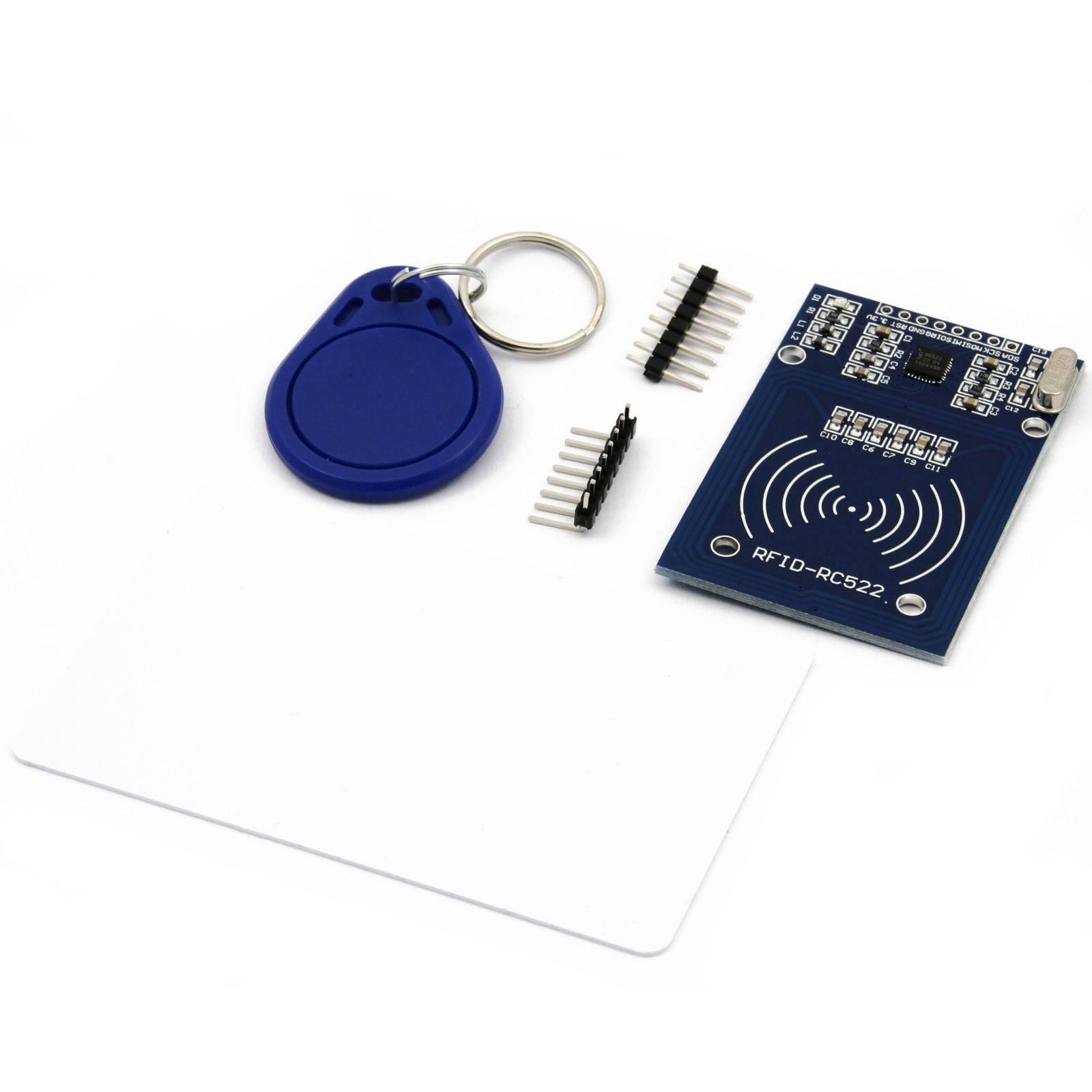 Ein RFID-RC522 Set besteht aus einem Reader, zwei RFID-Tags und Steckleisten zum Anlöten