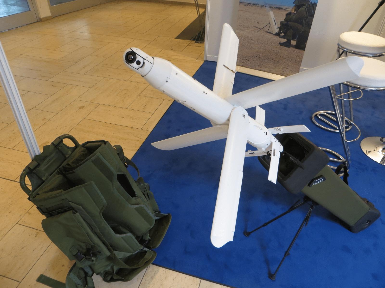"""Die israelische Firma UVision Air Ltd. präsentiert auf dem Forum """"Unmanned Vehicles 6"""" in Bonn-Bad Godesberg das """"Short-Range Lethal Loitering System"""" Hero-30: Der Flugkörper kann von einer Person im Rucksack transportiert werden, bleibt nach dem Start bis zu 30 Minuten in der Luft, um sich bei Bedarf mit seinem 0,5-kg-Sprengkopf auf ein Ziel zu stürzen."""