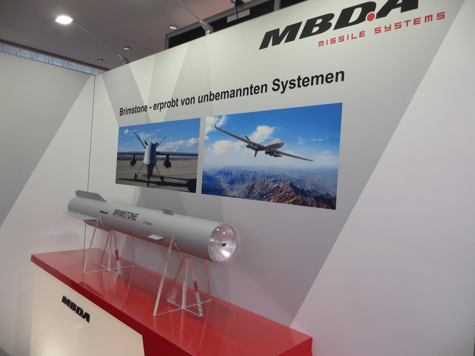 Für die Bewaffnung von Drohnen bietet MBDA den Lenkflugkörper Brimstone an, der mit Überschallgeschwindigkeit fliegt und mit einer 6,5-kg-Tandemhohlladung auch Panzerungen durchschlagen kann.
