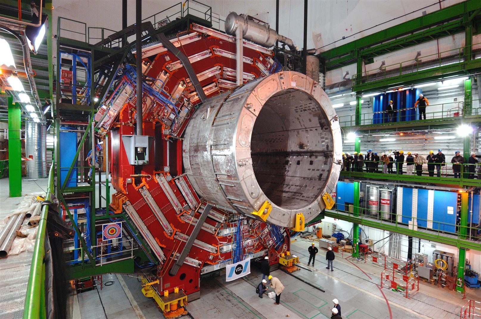 Ein Teil des Large Hadron Collider beim Einbau