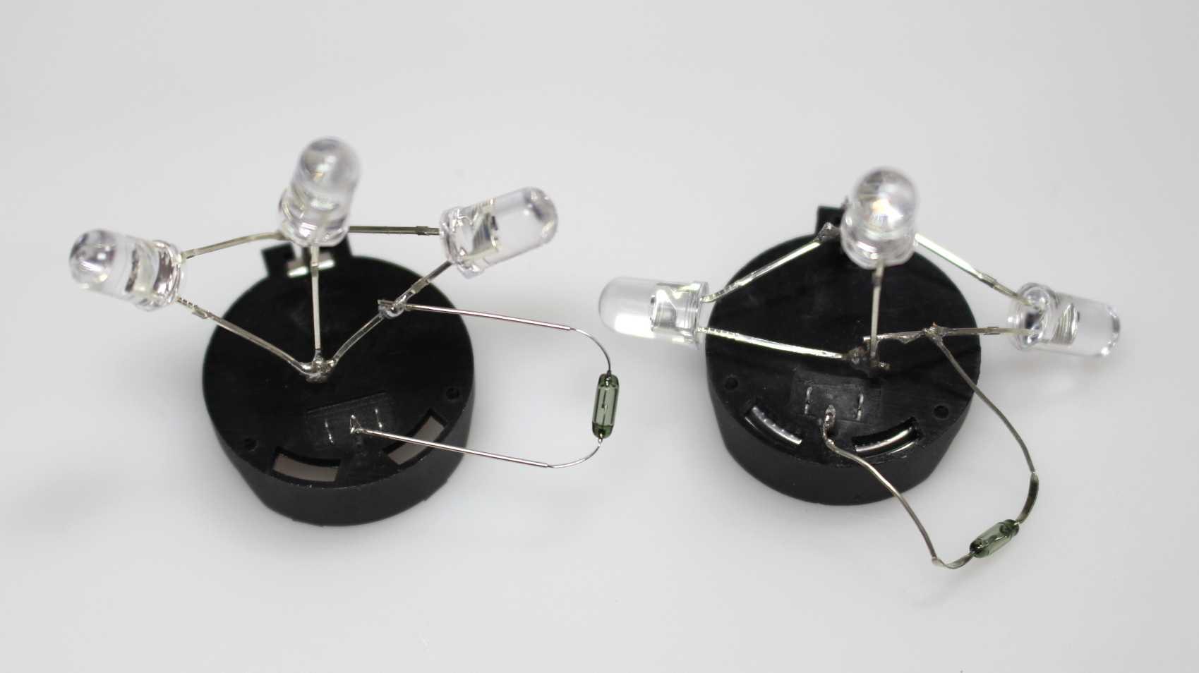 Zwei Reedschalter, auf denen jeweils 3 LEDs und ein Widerstand verlötet sind.