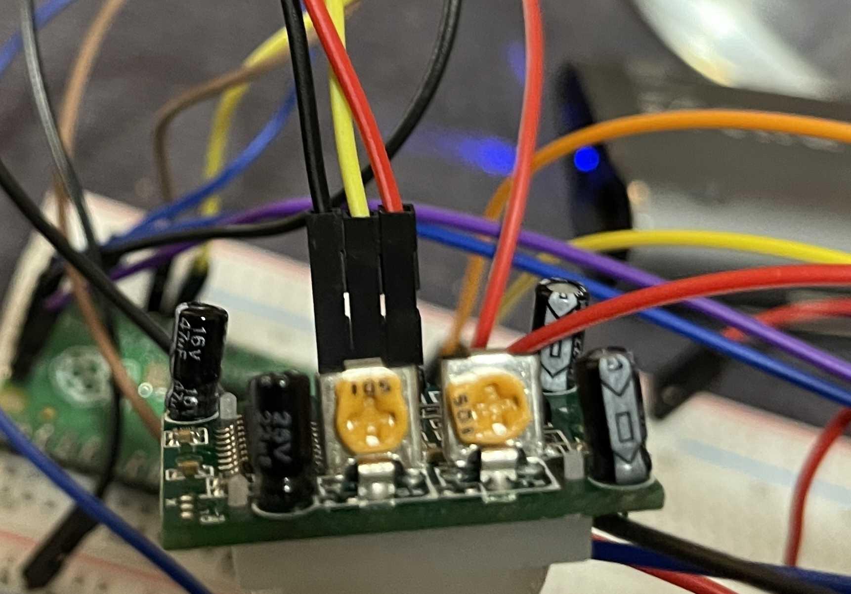 Die zwei Potis am PIR-Sensor erlauben eine Feinjustierung