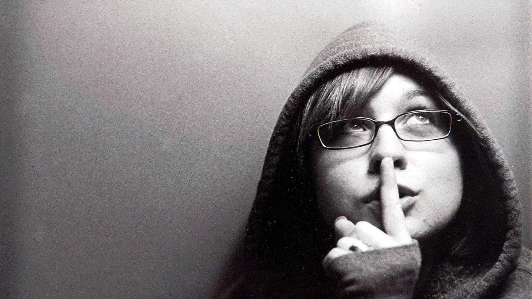 Frau mit Finger vor dem Mund