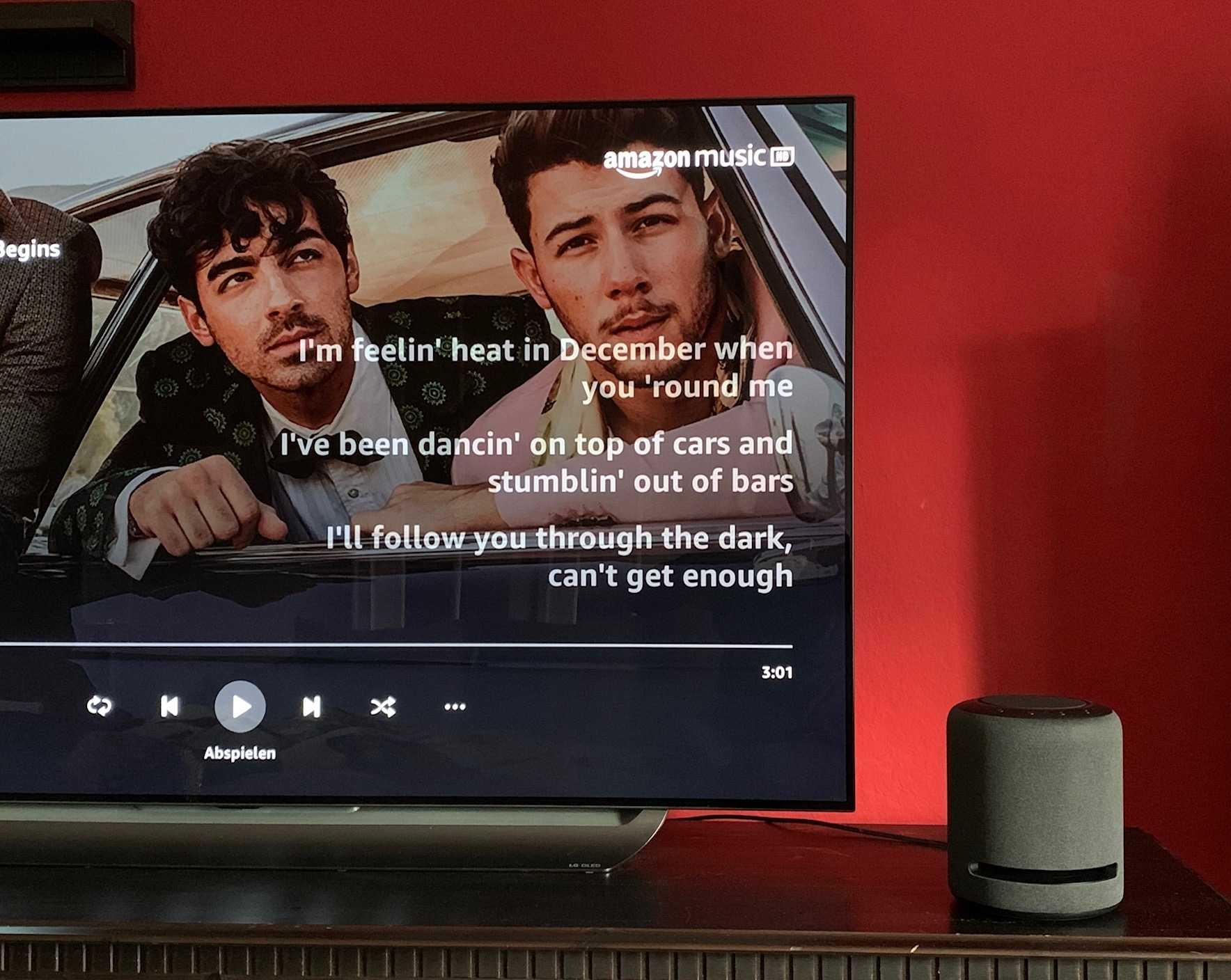 Der Echo Studio lässt sich mit dem Fire TV Cube verbinden. Danach kann man den Smart Speaker auch mit der Fernbedienung des Medienplayers steuern.
