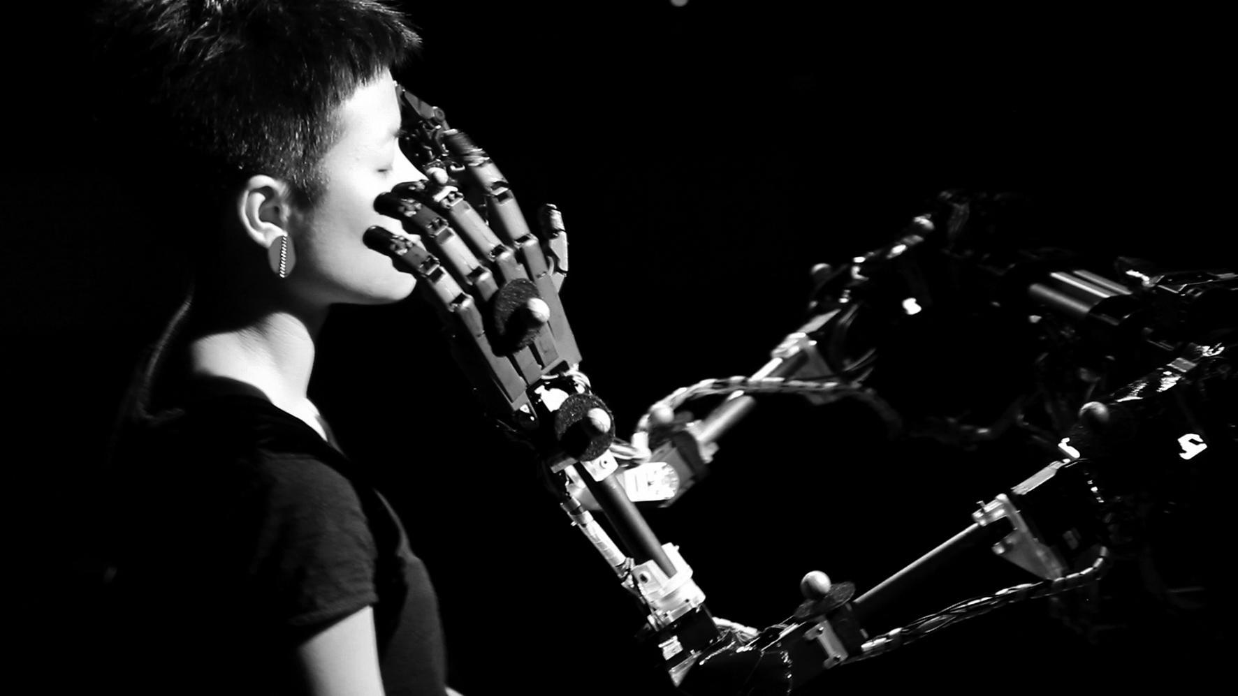 The Blind Robot tastet das Gesicht ab und erstellt daraus ein Bild.