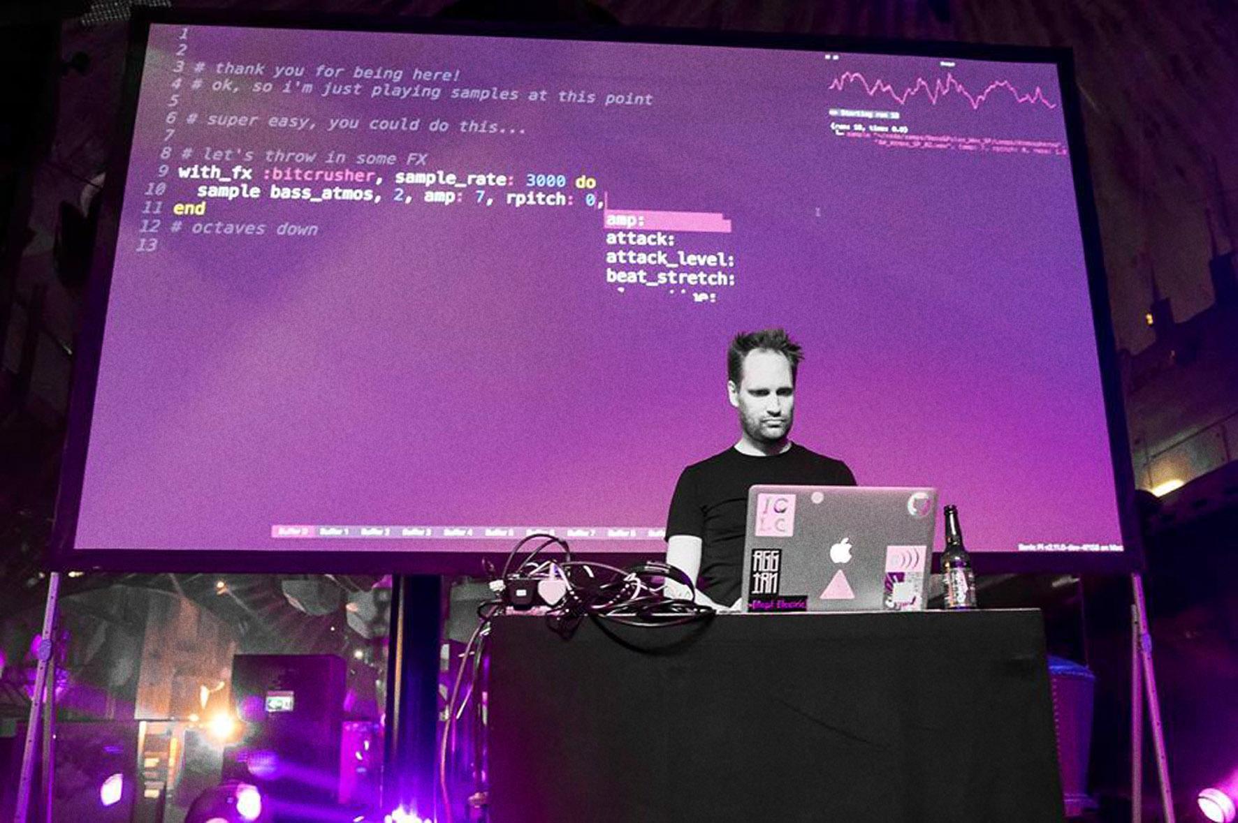 Sam Aaron in Aktion: Beim Live Coding werden Klänge und musikalische Strukturen durch das Schreiben von Computercode in Echtzeit erzeugt. Sam macht das in Sonic Pi auf einem Raspberry Pi.
