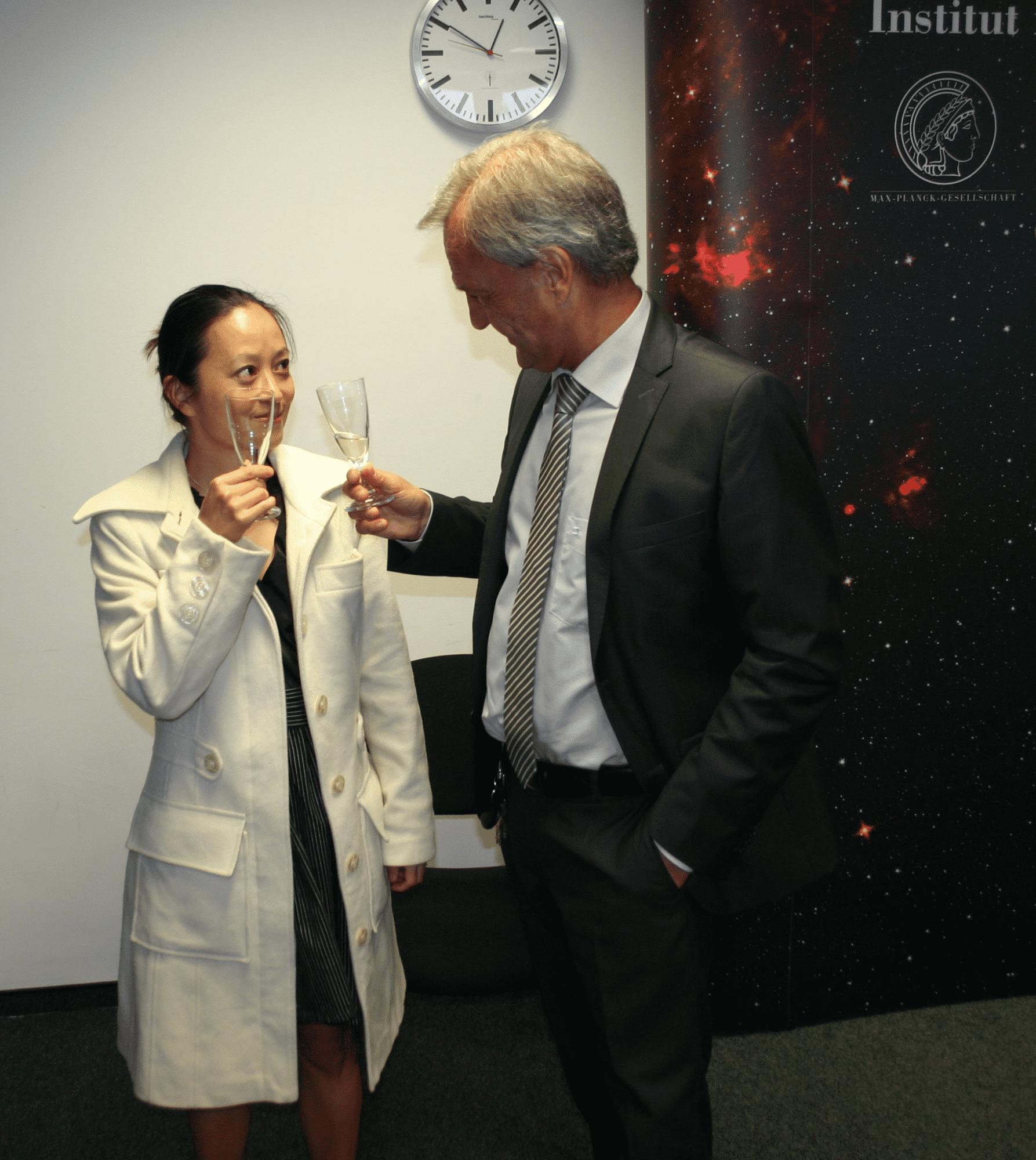 Entspannung nach dem Event bei einem Glas Sekt: Prof. Danzmann mit Partnerin Dr Fumiko Kawazoe.