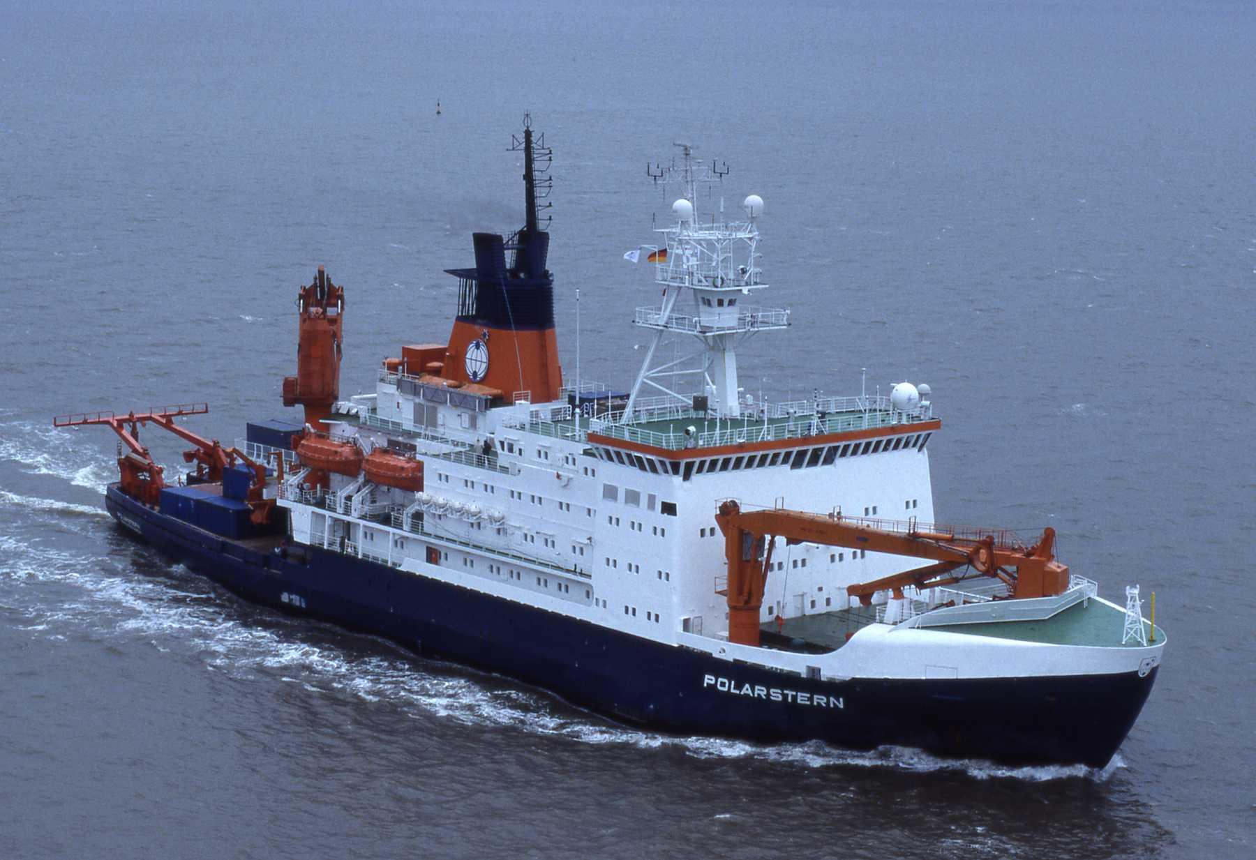 """Das Forschungsschiff """"Polarstern"""" unter Fahrt"""