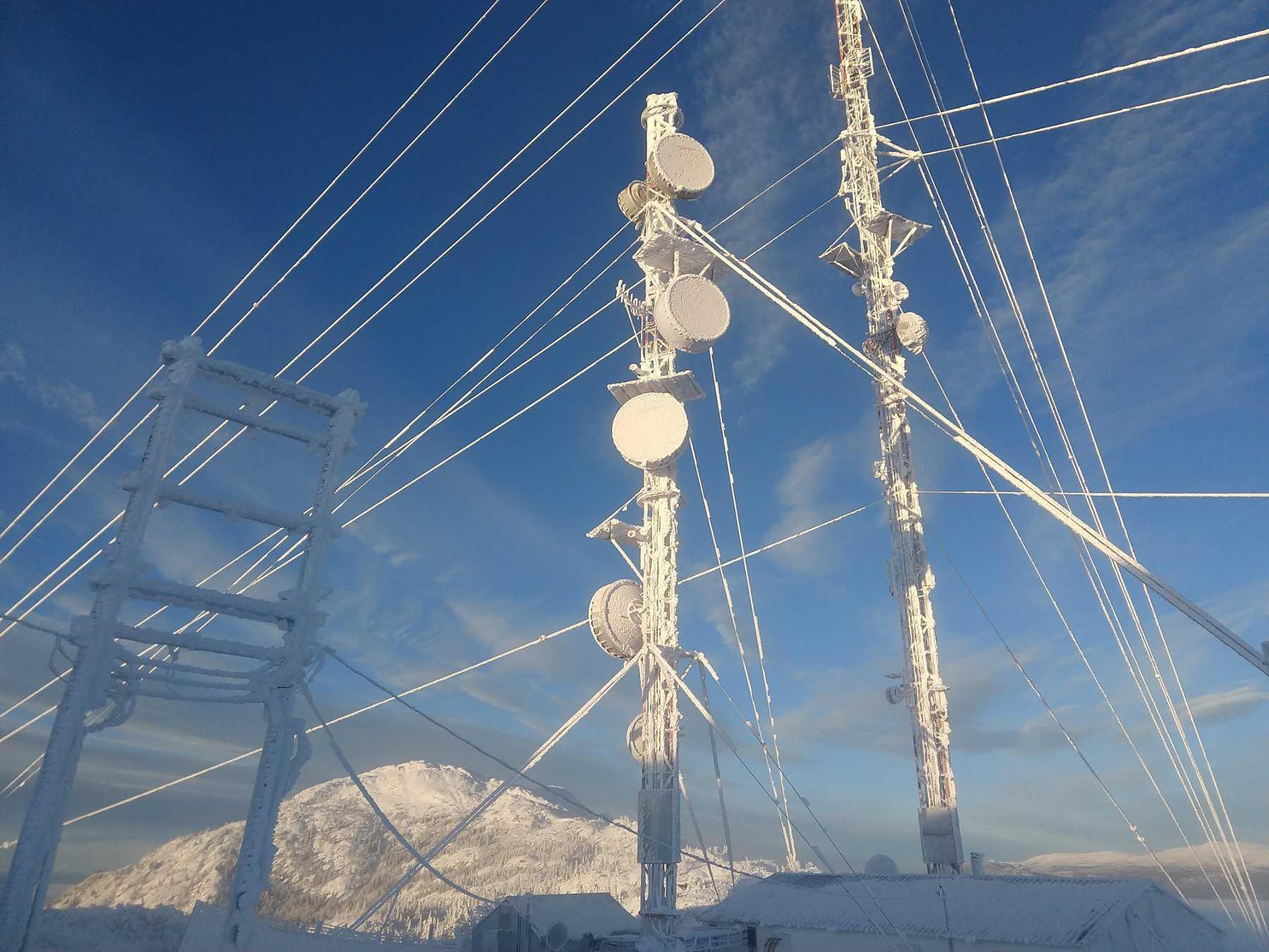 Mit Eis überzogene Antennenmasten