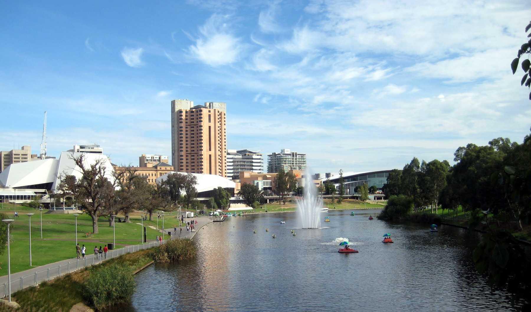 Fluss mit Springbrunnen, Wiese, Gebäude