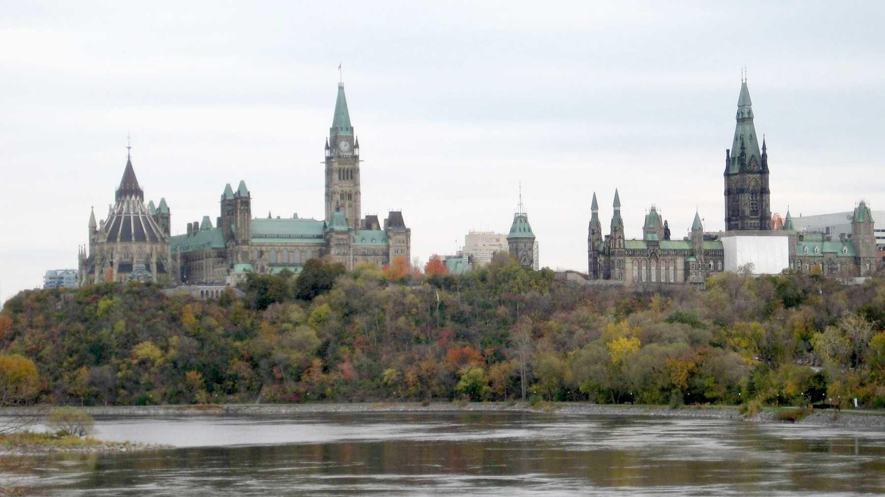 Blick über den Ottawa-Fluss auf das kanadische Parlament
