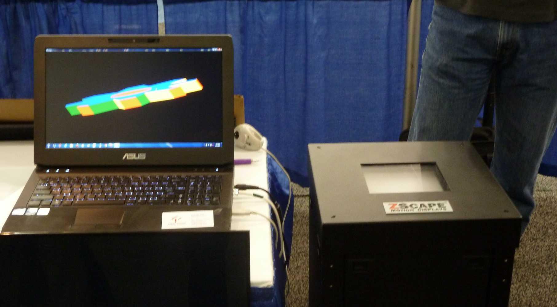 In der unspektakuläre Säule rechts im Bild steckt das Lichtfeld-Display aus 24 Full-HD-Mikrodisplays.