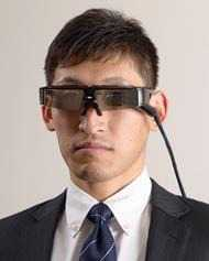 Laserlicht wird über MEMs in den Brillengläsern direkt auf die Retina des Brillenträgers gelenkt.