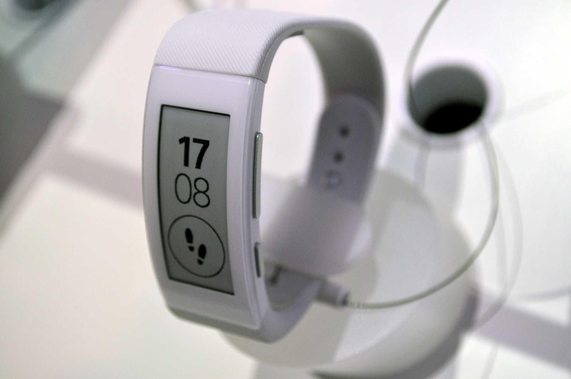 Zum Reinsprechen: Das SmartBand Talk mit E-Paper-Display.