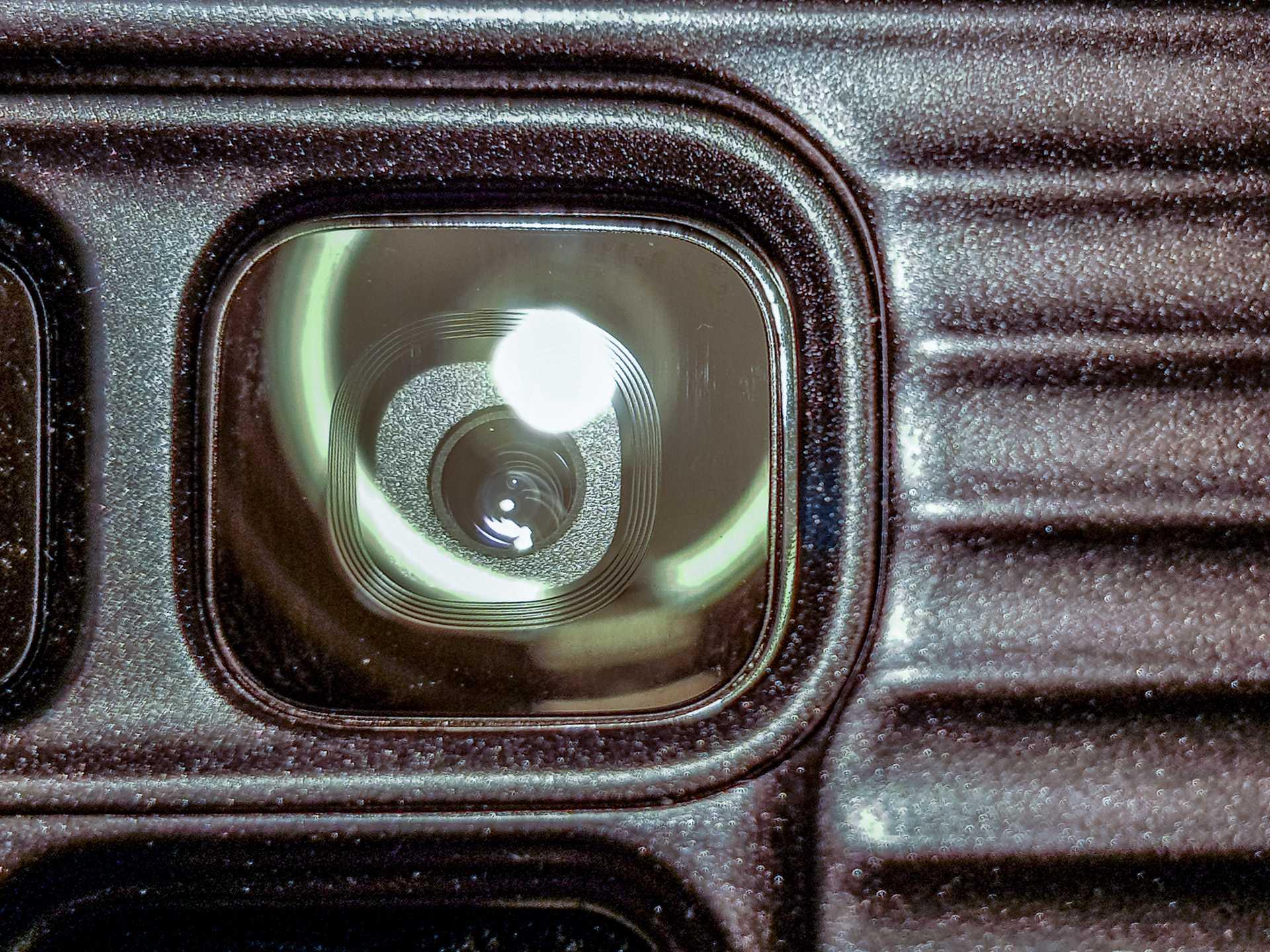 Die verstellbare Blende ist tatsächlich mechanisch ausgeführt. Hier die S9-Kamera mit f/2,4, ...