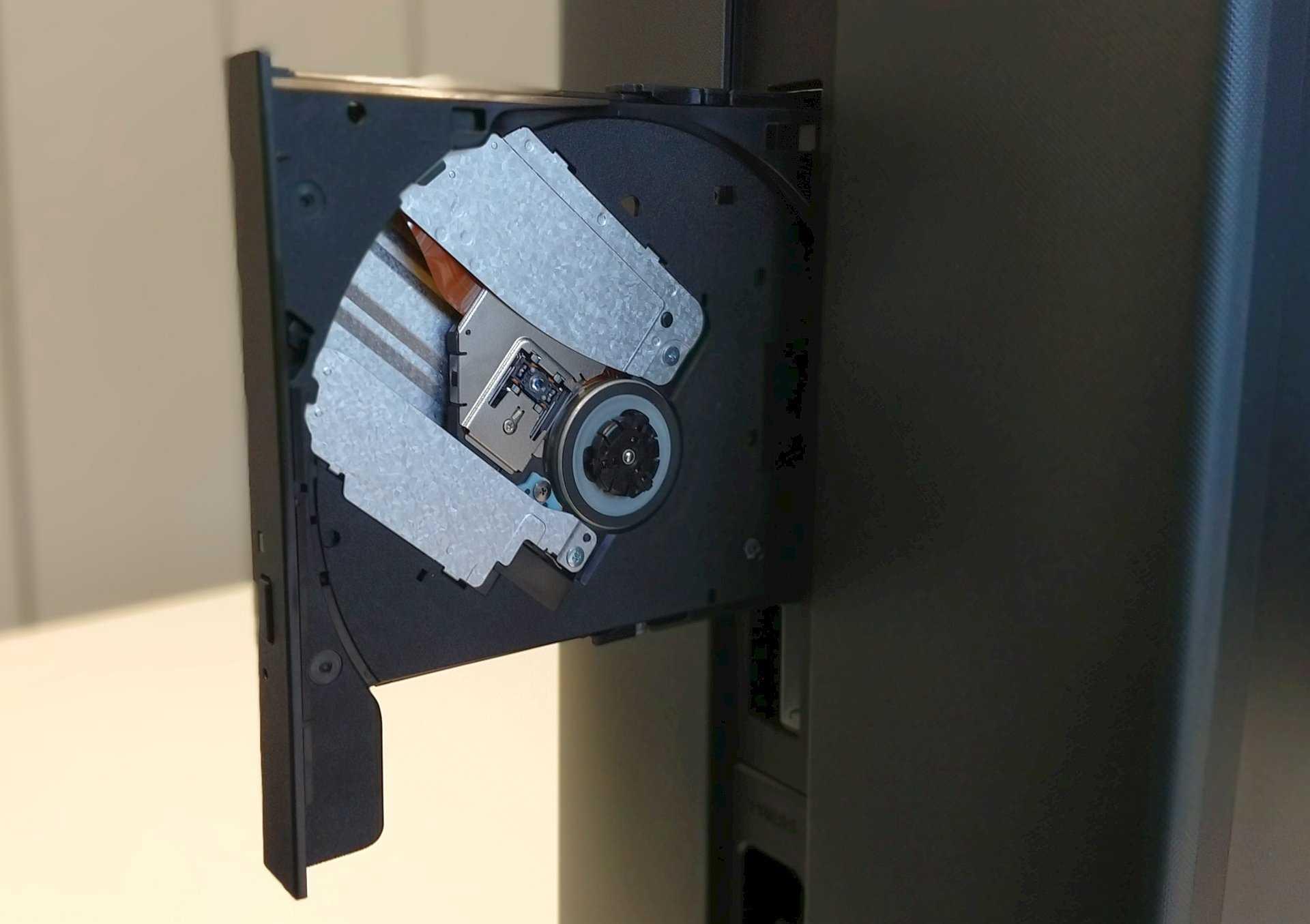 Der DVD-Brenner im Slimline-Format, das man von Notebooks kennt, lässt sich nicht so komfortabel bedienen.