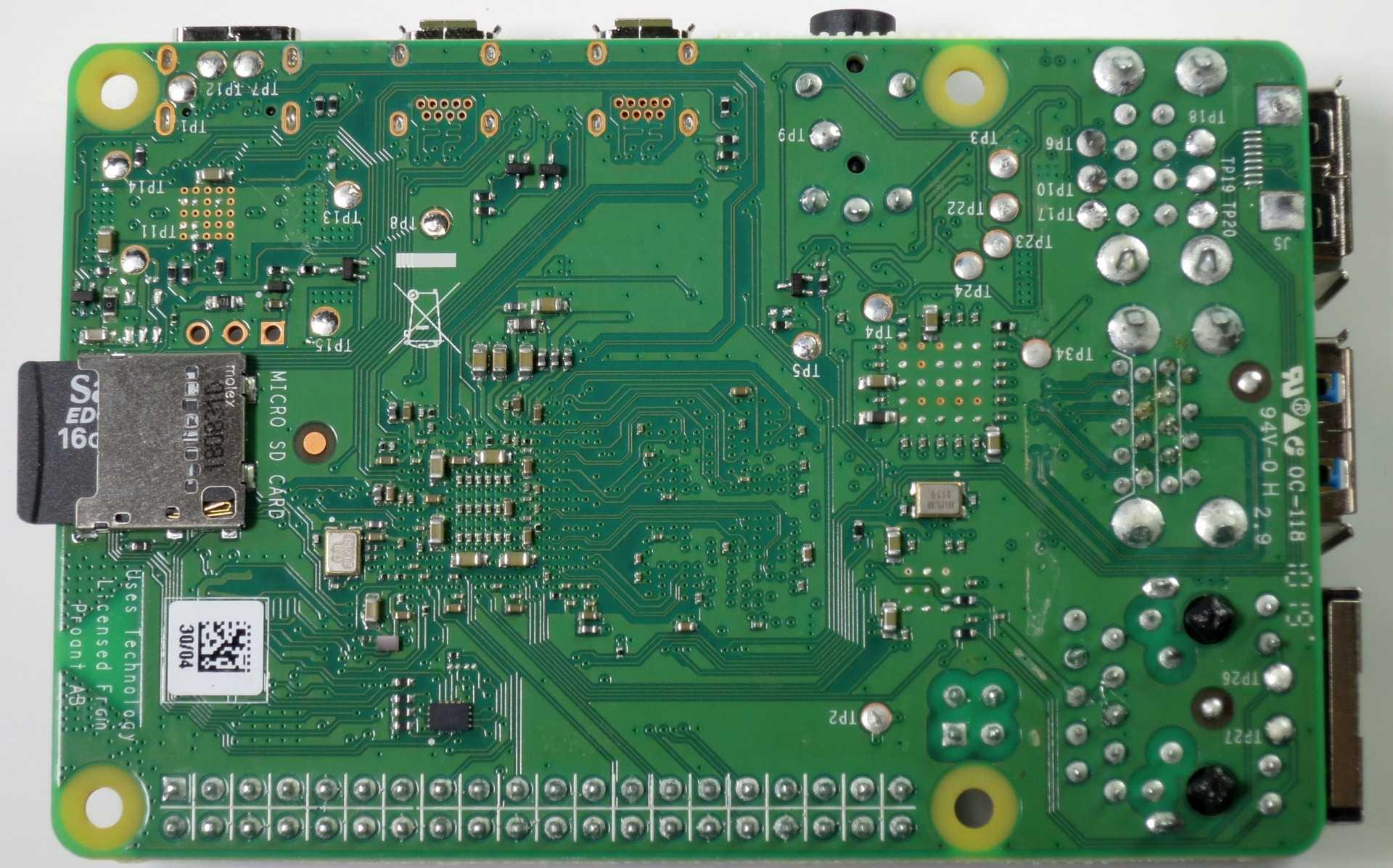 Auch der neue Raspberry Pi 4 bootet von einer MicroSD-Karte, die in einem Reader an der Unterseite der Platine steckt.