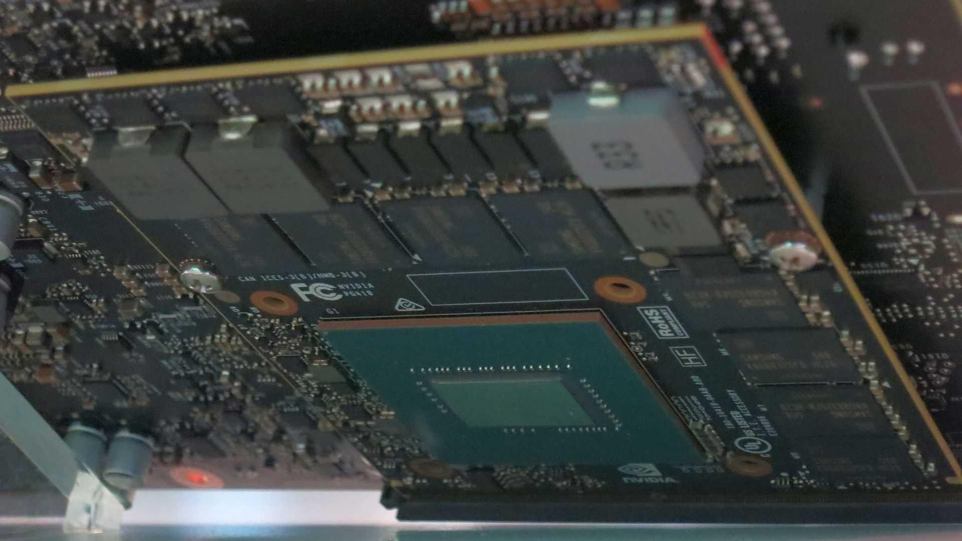 Auch der Auto-Computer Drive PX 2 war auf der Messe ausgestellt, allerdings hinter Plexiglas. Nvidia erschwerte einen genauen Blick auf die vermeintlichen Pascal-Chips.