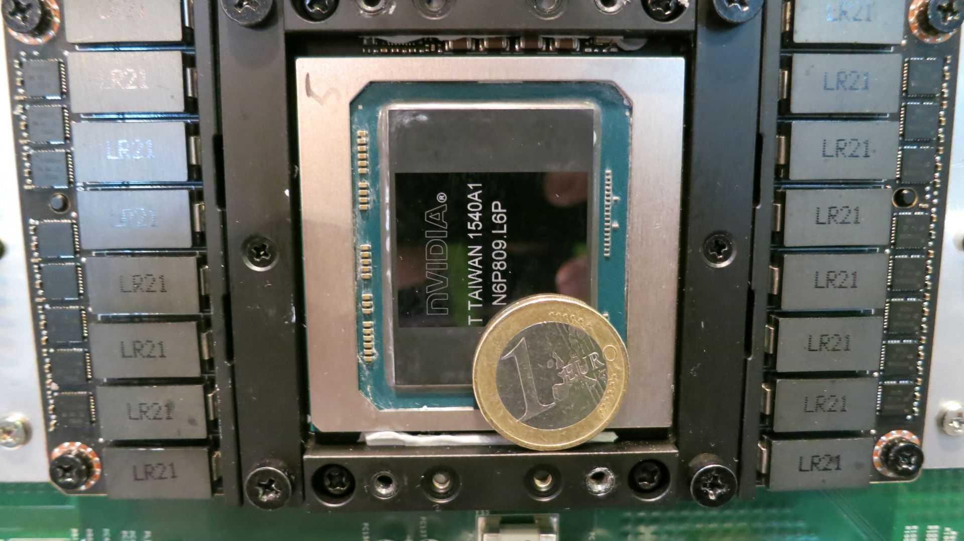 Lauffähige Pascal-Systeme waren auf der GTC Mangelware. Bei QCT gabs immerhin ein paar P100-Module zu knipsen, die sich aber verdächtig voneinander unterschieden. Der Euro dient als Größenvergleich.