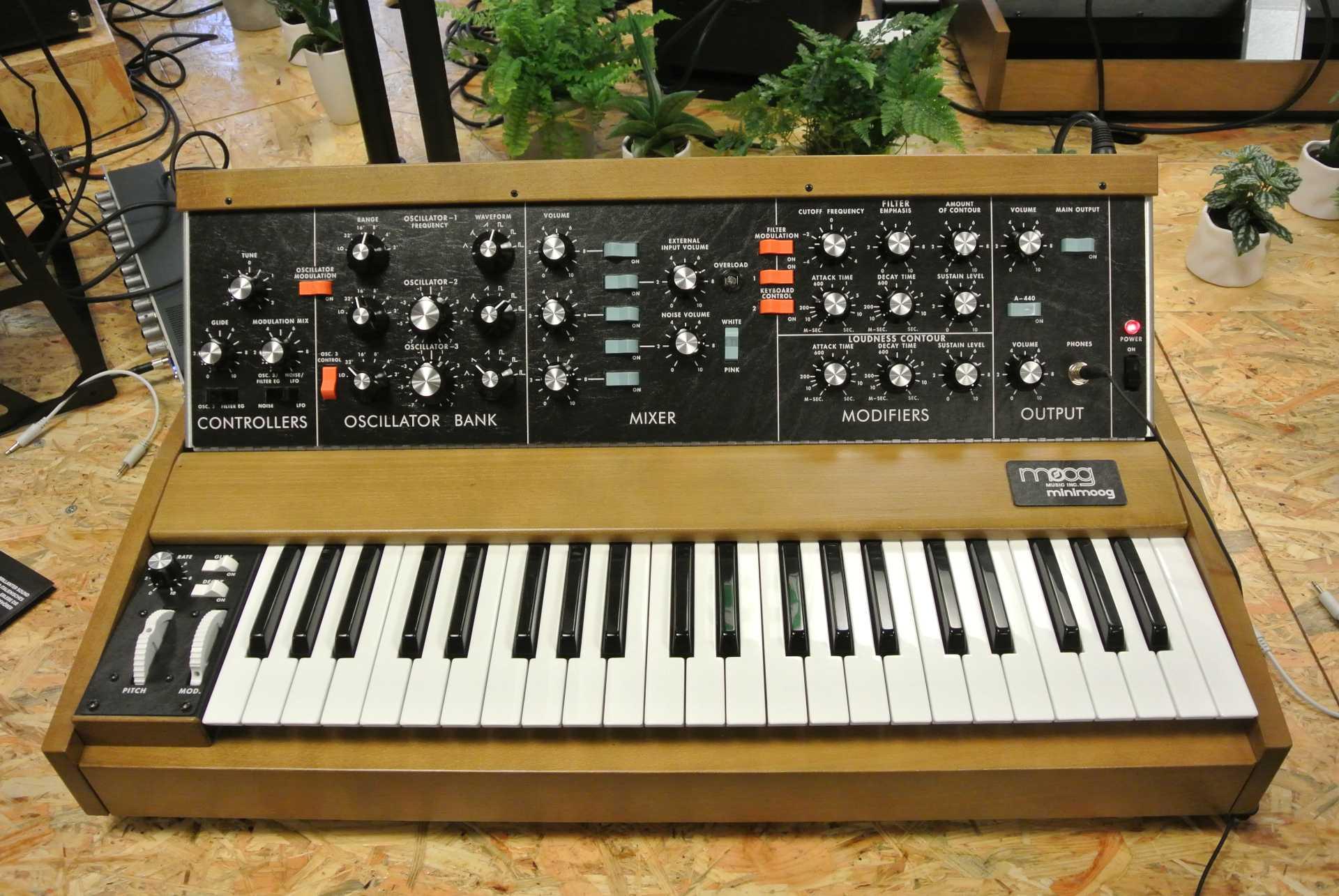Auf der Superbooth kann man auch den Nachbau des Originals von Moog ausprobieren. Ein zeitlos schönes Instrument, wenn es auch in seinem Funktionsumfang beschränkt ist.