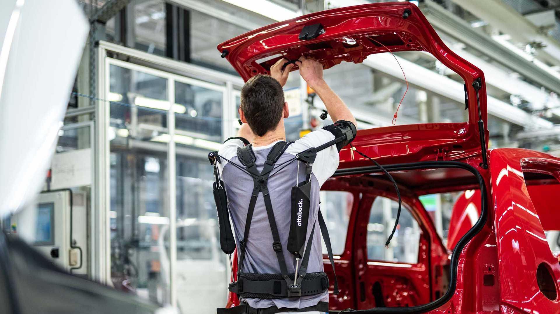 Exoskelett Paexo erleichtert VW-Arbeitern die Fahrzeugmontage