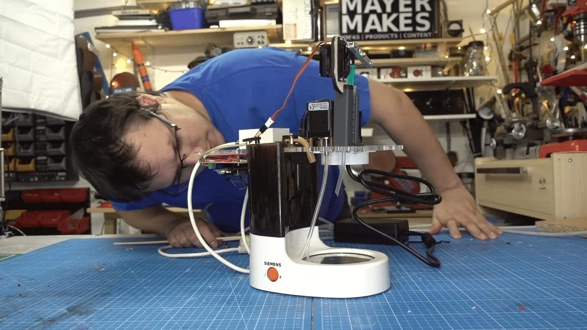 Umgebaute Kaffeemaschine mit viel Elektronik.