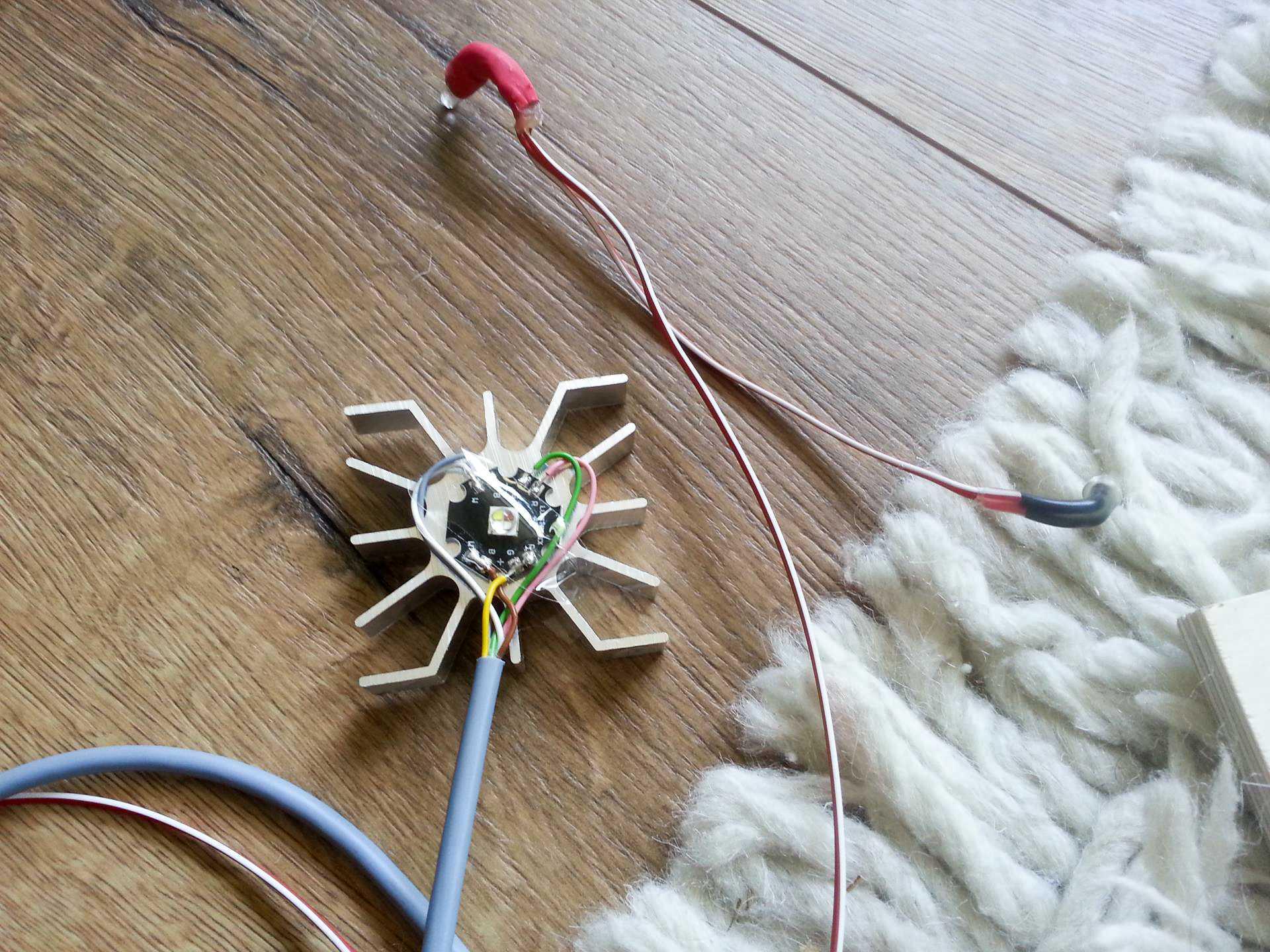 Eine LED auf einem Stück Holz
