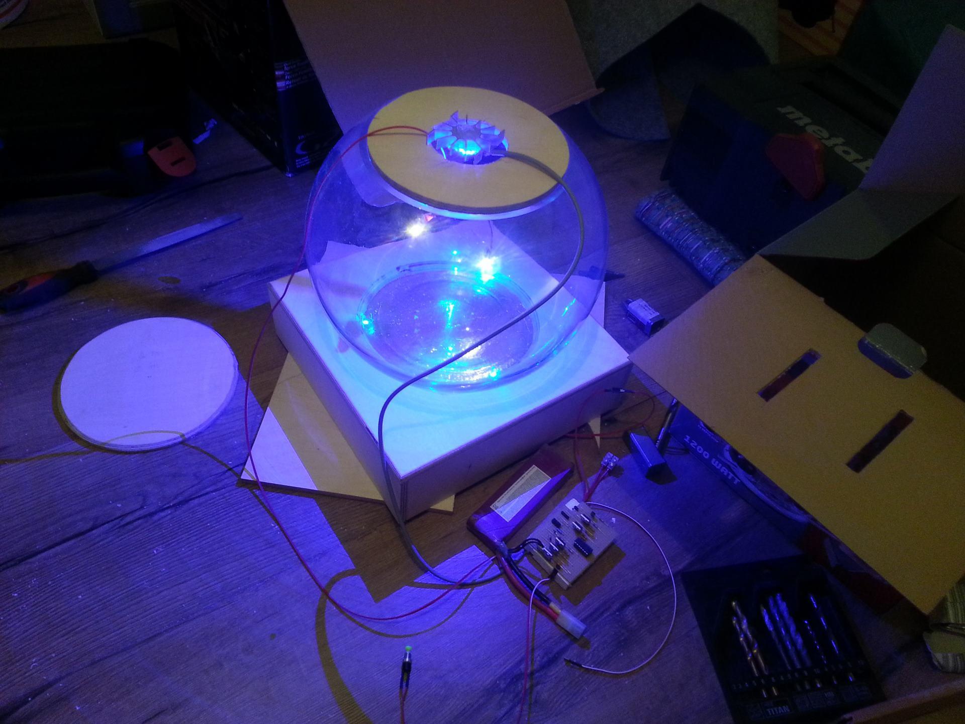 Ein Glaskugel erstrahlt in blauem Licht