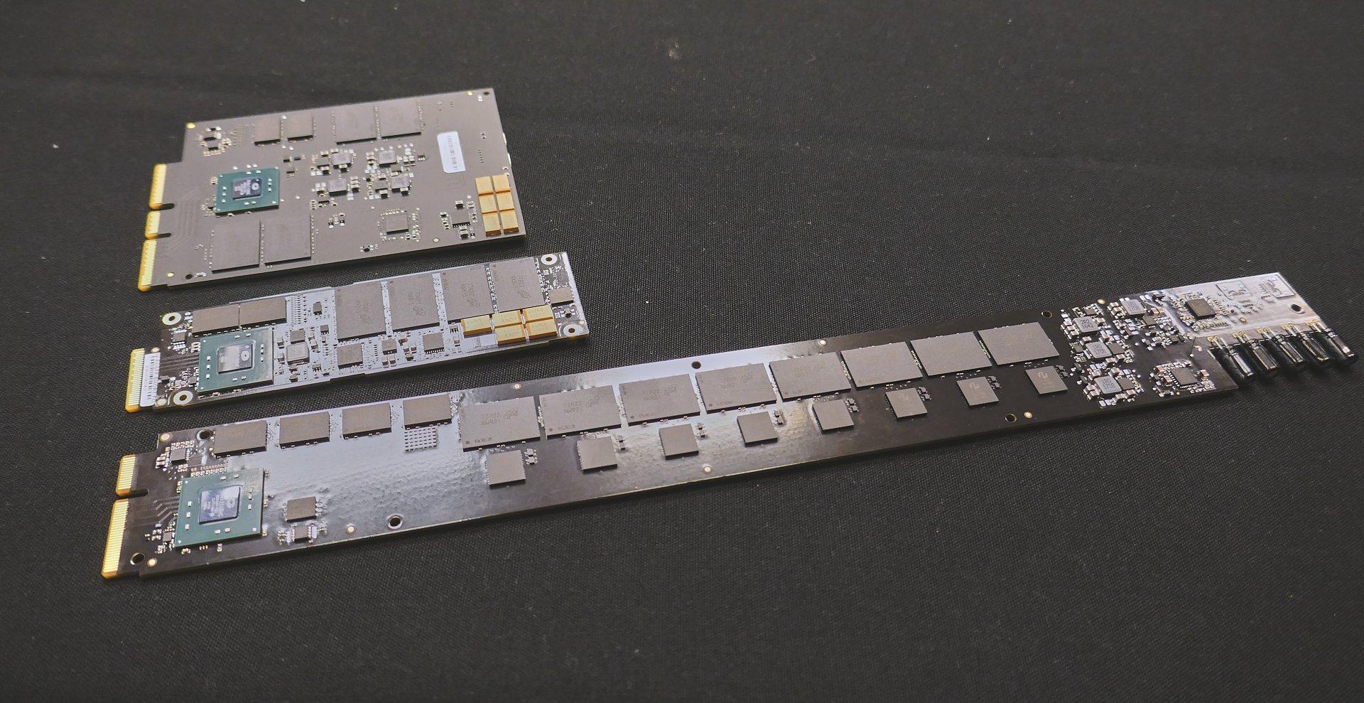 Die SSD-Formfaktoren E3.S (oben, ohne Gehäuse), E1.S (mittig) und E1.L (unten) untereinander. Kioxias PCB entspricht der obersten Variante.