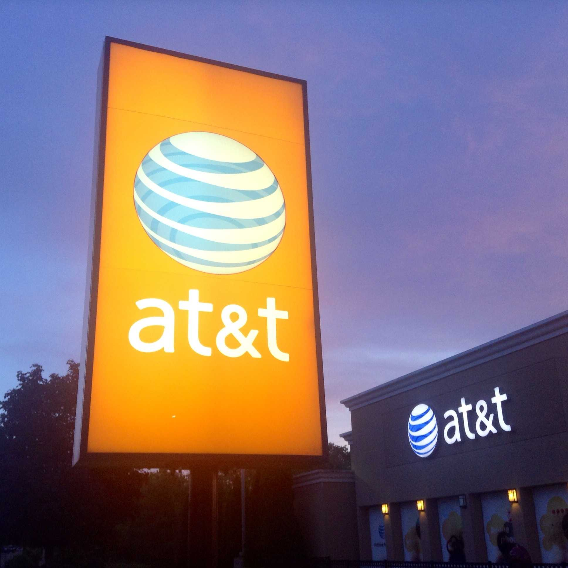 "Orange Leuchreklame ""AT&T"" vor AT&T-Laden"