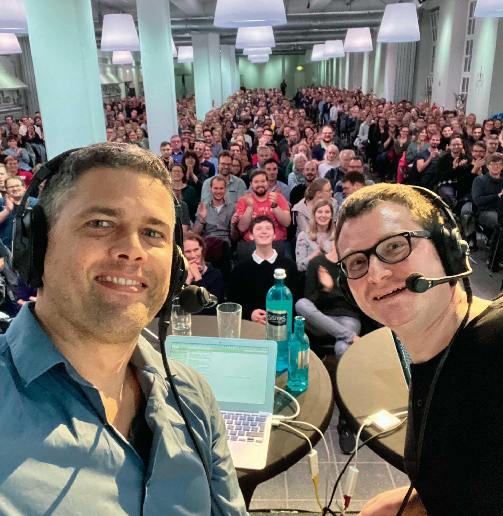 Philip Banse (links) und Ulf Buermeyer (rechts) podcasten live vor ihrem Publikum in Münster. Die Sendung steht wenige Stunden später im Catcher bereit.