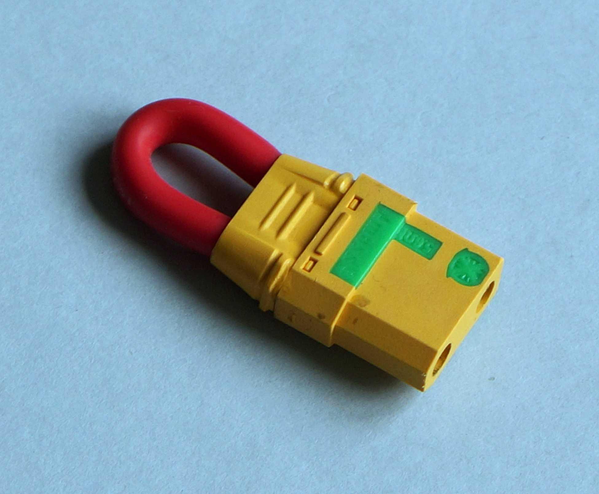 Ein gelber Stecker mit rotem Kabel