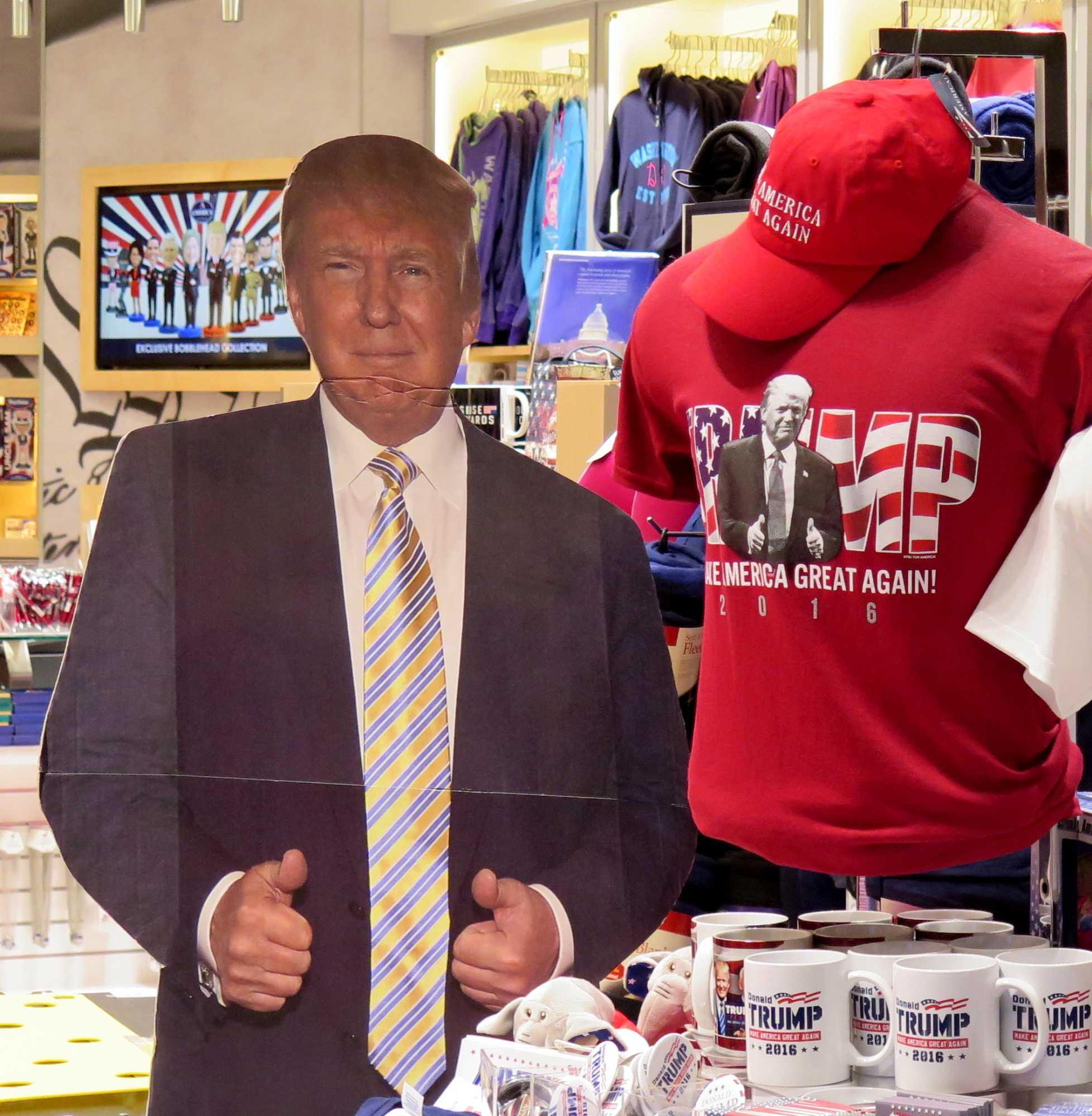 Pappfigur Trumps neben Trump-T-Shirt