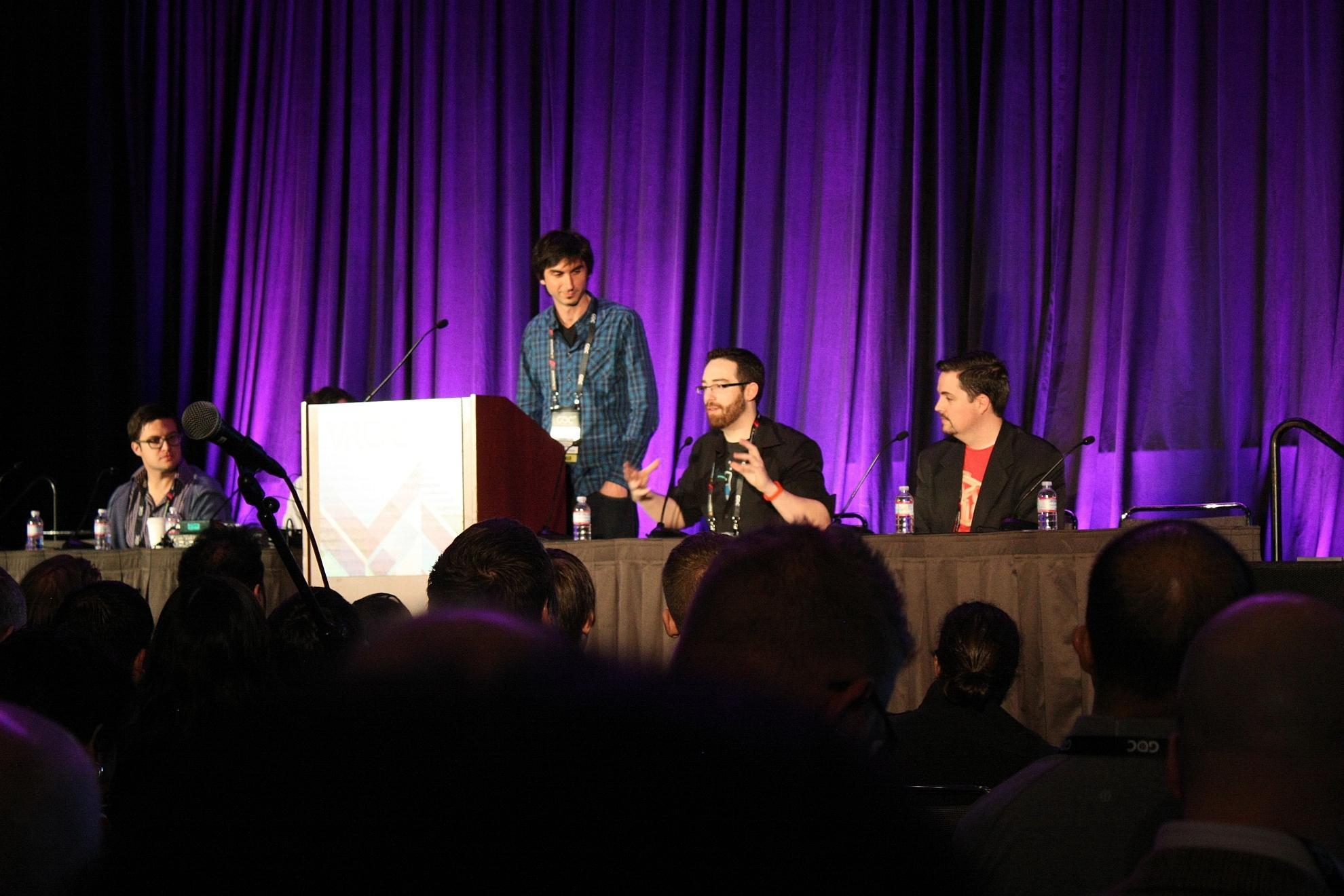 Zum Auftakt der diesjährigen Game Developers Conference tauschten sich Scott Stephan, Tyler Hurd (verdeckt), Patrick Hackett, Alex Schwarz und Curtis Hickman (v.l.n.r.) über ihre Erfahrungen mit VR-Design für das HTC Vive aus.