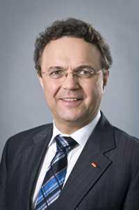 """Bundesinnenminister Hans-Peter Friedrich meint nach seinem Kurztrip in die USA wegen des PRISM-Überwachungskandals, der """"edle Zweck, Menschenleben in Deutschland zu retten"""", rechtfertige, """"dass wir mit unseren amerikanischen Freunden und Partnern zusammen"""