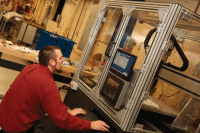Zunino an einem 3D-Drucker (Erin Usawicz/US Army)