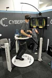 Drehungen um 360 Grad setzt das System präzise um. Das Gehen wirkt indes zäh wie bei einer Wassergymnastik und strengt die Oberschenkel an.
