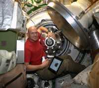Alexander Gerst und die Spitze der Raumkapsel ATV-5