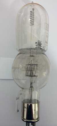 Technik anschaulich: Die Trioden-Bestandteile Heizfaden, Steuergitter und Anode erkennt hier auch ein Brillenträger.