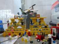 Das Setup beim Rettungseinsatz in Lego nachgestellt. Der Quadckpter bleibt mit der Basisstation und Stromversorgung am Boden verbunden.